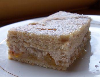 Part de minosa, gâteau bavarois aux noix et à la mirabelle