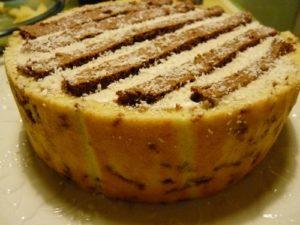 Le chocobanana : biscuit joconde, ganache chocolat, mousse à la banane et rhum