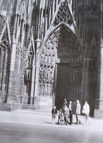 devant la cathédrale de strasbourg