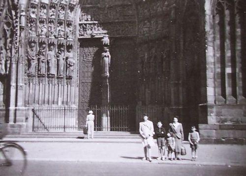 devant la cathédrale de strasbourg - alsace