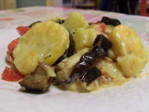 Gratin provençal : aubergines, tomates, pommes de terre et oignons