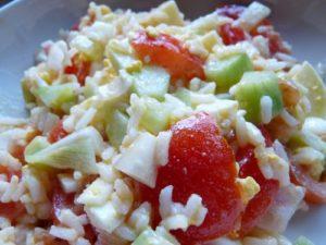 Salade de riz, tomates, concombres, oignons nouveaux