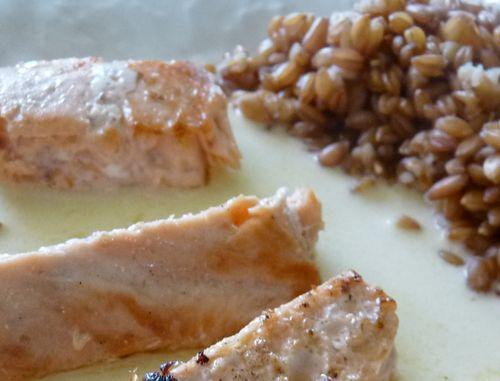 saumon, sauce crémeuse parfumée au fenouil et à la rhubarbe