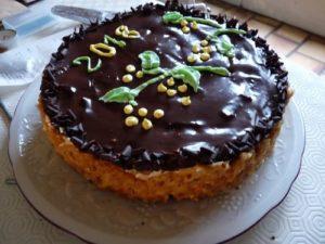 Gâteau, crème mousseline à l'orange sur lit croquant de feuilleté praliné
