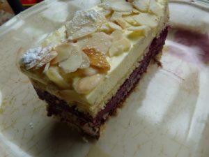 Bavarois cassis-vanille sur dacquoise et ganache chocolat